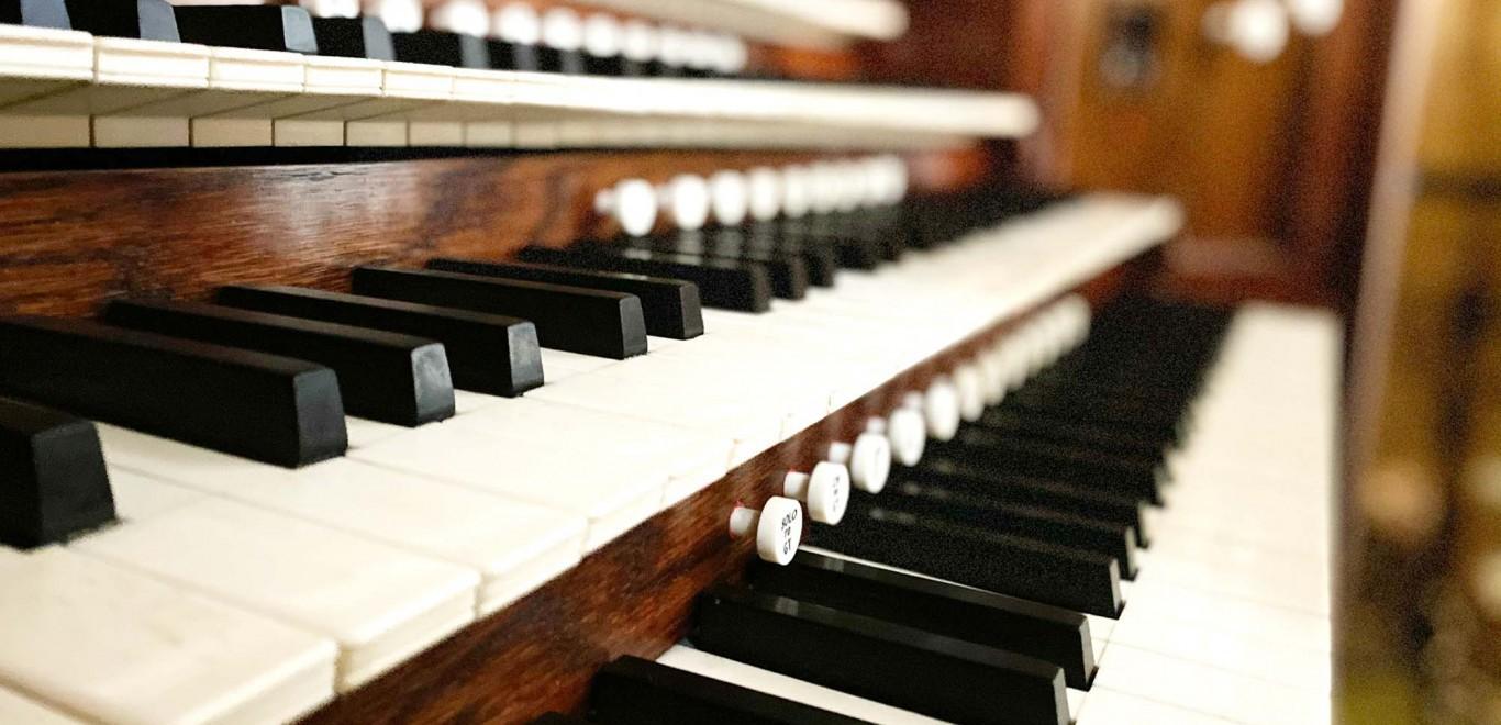 The keys on the Organ
